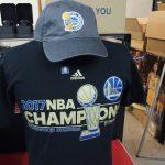 お待たせしました!!NBA2017FINALチャンピオンロッカールームのTシャツとキャップが遂に入荷しました\(^o^)/GSWファンなら必需品です!在庫がある内にゲットしちゃいましょう!